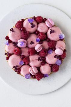 Christianshavnertærte à la Lagkagehuset Strawberry Mousse Cake, Bubble Cake, Raspberry Desserts, Hazelnut Cake, Small Desserts, Sweet Pie, Happy Foods, Almond Cakes, Plated Desserts
