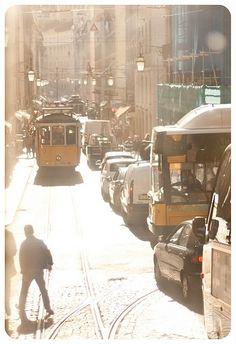 lisboa. onde o caos de bonde, carro, moto, pessoas convive em ordem