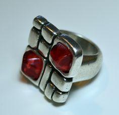 Anillo Zamak Rubik Plata con piedras cuadradas de resinas. Talla del anillo 17 de tamaño 23x23 mm. Si eres atrevida, te gusta ir a la última moda y que tus manos destaquen, este es tu anillo. El anillo es fabricado en Zamak con baño de plata de 5 micras, acabado excepcional.