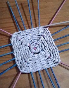 (vídeo) base cuadrada trenzada de tubos de papel