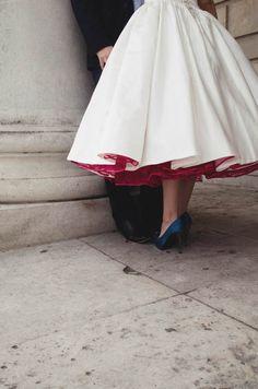 Tudo o que você queria saber sobre usar sapatos coloridos no dia do seu casamento. Que cor usar, qual tipo, com que vestido combina! Tudinho para você, noiva!