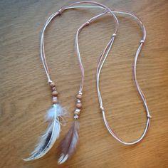 Halsband med hönsfjädrar
