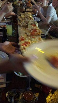 ... y un metro más de Pizza Hawaiiana...  (Foto por @gjsuap)