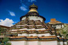 Il KUMBUM, eretto nel 1440 è uno Stupa contenente 108 cappelle su quattro piani, tutte finemente illustrate da migliaia di dipinti e centinaia di statue. Tsang, regione centrale del Tibet.