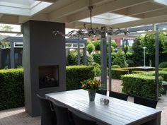 houten overkapping in tuin | Serre, uitbouw en overkapping | klassieke veranda met haard Door ...