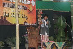 Bersama Ustadz Jazari, memainkan wayang kulit..