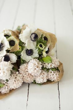 Anemone and poppy bouquet. My Flower, Fresh Flowers, White Flowers, Beautiful Flowers, Flower Crown, White Anemone, Flowers Nature, Draw Flowers, Daisies