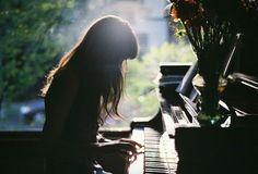 chica tocando el piano