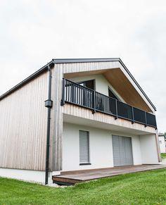 #holzhaus #clt #hausbau #hausbauinspiration #eigenheim Modern, Garage Doors, Outdoor Decor, Home Decor, Gable Roof, Build House, Projects, Trendy Tree, Decoration Home