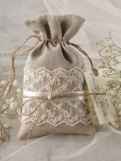 Rustique toile Wedding Favor sac dentelle par Plus Burlap Crafts, Fabric Crafts, Sewing Crafts, Diy And Crafts, Sewing Projects, Rustic Crafts, Burlap Wedding Favors, Wedding Favor Bags, Wedding Gifts