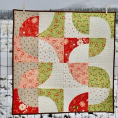 Modern wall hanging quilt tutorial, improv style - Finished quilt measurements approx x , each block measures squares - Patchwork Quilt Patterns, Quilt Patterns Free, Pattern Blocks, Circle Quilt Patterns, Vintage Quilts Patterns, Patchwork Tutorial, Baby Patchwork Quilt, Patchwork Ideas, Modern Quilt Patterns