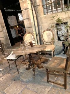 #Bordeaux restaurant, table in the street for dinner. Love the mix