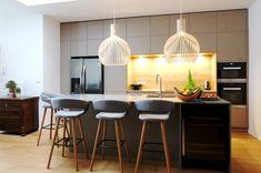Diese Ewe Küche bietet sehr viel Stauraum durch die Hochschränke, die bis an die Decke gehen. Das hat nicht nur einen praktischen Vorteil - sondern auch einen coolen Designeffekt! Auf was alles bei der Küchenplanung geachtet werden muss, erzählen wir euch hier: Küchen Design, Table, Furniture, Home Decor, Kitchen Inspiration, Closet Storage, Decoration Home, Room Decor, Tables