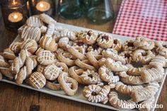 Jeg elsker kransekake! Med ferdigkjøpt kransekakemasse kan du raskt og enkelt lage mange varianter av nydelige kransekake-småkaker! Del gjerne opp kransekakemassen i flere deler og lag forskjellige typer fasonger - det gir et morsomt kakefat. Her skal du få noen tips som jeg håper inspirerer! Almond, Stuffed Mushrooms, Vegetables, Food, Stuff Mushrooms, Vegetable Recipes, Eten, Almond Joy, Veggie Food