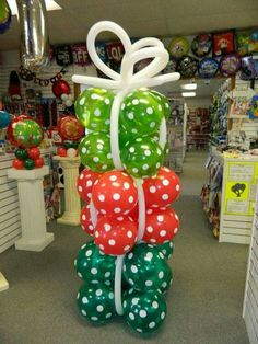 Wrapped present balloon columns Balloon Tower, Balloon Display, Balloon Columns, Balloon Arch, Balloon Garland, Grinch Christmas Party, Christmas Balloons, Christmas Crafts, Christmas Ornaments