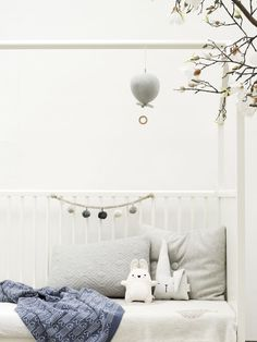 Our Cam Cam musical balloon mobile and Konges Slojd pram chain looking pretty in this neutral nursery | www.oskoe.com