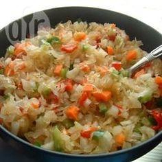 Sauerkrautsalat mit Paprika / Meine Urgroßmutter hat diesen Salat für jedes Familientreffen gemacht und ich denke immer an sie, wenn ich ihn mache. Der Salat muss 2 Tage im Kühlschrank durchziehen, um sein volles Aroma zu entwickeln.@ de.allrecipes.com