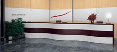 La sala d'attesa degli uffici più prestigiosi è Ciao Più, la versione direzionale della nuova reception firmata Codutti. Calde essenze di legno per piani, banchine e pareti;  dimensioni e forme personalizzabili per ottenere configurazioni complesse; accessori e profili rifiniti in cuoio che si abbinano perfettamente agli elementi della collezione d'arredo ufficio Duetto.