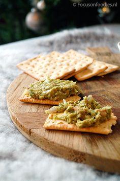 Gezonde tonijnsalade, met avocado en glutenvrije crackers
