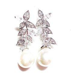 Modelos de Brincos para Noivas Usarem no Casamento Delicate Rings, Delicate Jewelry, Pearl Design, Wedding Jewelry, Pearl Earrings, Jewels, Altar, Quilling, Accessories