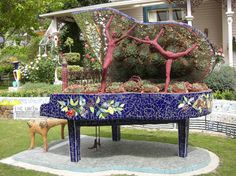 Repurposing an old piano is a creative way to get rid of your old boring piano. A piano is one of those objects that you don`t want to throw them unless Diy Tumblr, Piano Bar, Vieux Pianos, Diy Plante, Music Garden, Painted Pianos, Old Pianos, Easy Piano, Simple Piano