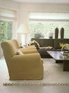 Living com poltonas , sofa e mesa de centro quadrada