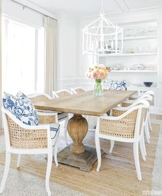 Shabby chic dining room design in white and natural tones. White Dining Table, Small Dining, Dining Tables, White Dining Room Table, Kitchen Dinning, Rustic Table, Farmhouse Table, Outdoor Dining, Side Tables