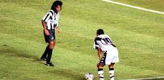 Edmundo rebola na frente de Gonçalves na vitória do Vasco sobre o Botafogo por 1 a 0 pelo Carioca de 1997.