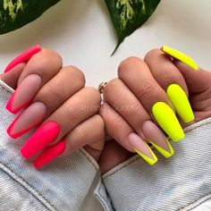 You can never go wrong with French tip nails. This all-time popular manicure style looks appropriate for any ambiance. Besides, it has so many modern takes that you will surely find an option for your taste. See yourself in our guide. Pink Tip Nails, Neon Nails, Swag Nails, Aycrlic Nails, Edgy Nails, Neon Nail Art, Rainbow Nail Art, Pointy Nails, Trendy Nail Art
