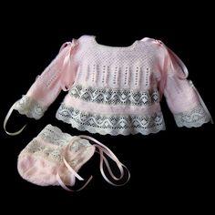 Conjunto formado por una chaquetita y capotita a juego. Las puntillas que le dan ese toque romántico las escogío la mamá de Maia y ha sido t... Hand Crochet, Crochet Lace, Baby Dolls For Sale, Knitted Baby Clothes, Baby Patterns, Knit Cardigan, Baby Knitting, Baby Dress, Knitwear