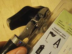 Tagliare la plastica con un apriscatole