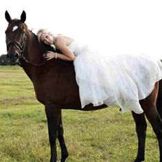 Wants my wedding pictures with horses <3