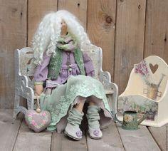 Купить или заказать Тильда Хелен в интернет-магазине на Ярмарке Мастеров. Тильда Хелен - очаровательная блондинка в наряде нежных, приглушенных тонов.Сделана на заказ. Очень пышная прическа тильды делает ее очаровательной! Наряд сшит ил льна, хлопковых кружев, кружев на сетке, сзади на платье натуральные перламутровые пуговки. Жилетка связана из итальянской твидовой пряжи (меринос, ангора, кашемир). Ботиночки из кожи украшены льняными цветочками. Сделаю на заказ.