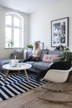 graue Couch und Ikea Stockholm Teppich