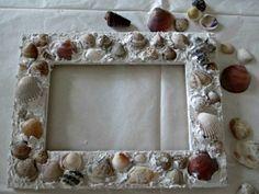 Ecco questo lavoretto facile da fare: una cornice fai da te decorata con le conchiglie raccolte in riva al mare.