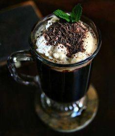 Irish Coffee Ingredientes 50 cc Whisky Irlandés 1 taza café expreso (caliente) Azúcar Granulada Crema Chantilly Coloca el whisky en una copa larga y agrega lentamente el café hasta aproximadamente 3/4 del alto. Revuelve y ponle encima la crema Chantilly. Esta receta puede servirte para brindar en una noche fría.