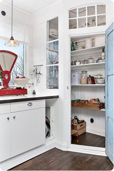 Interesting idea to create a window to the corner cabinet Corner Pantry, Kitchen Pantry, New Kitchen, Kitchen Storage, Built In Pantry, Kitchen Dinning Room, Pantry Design, Cuisines Design, Kitchen Interior