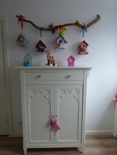 what a nice idea! hang miniature bird houses to a stick with ribbon for sweet wall decor Bird Bedroom, Boys Closet, Little Girl Rooms, Country Decor, Bird Houses, Room Inspiration, Kids Room, Creations, Room Decor