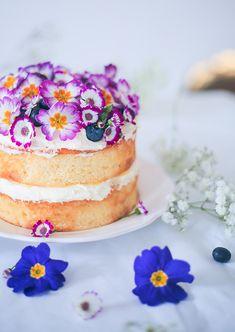 Lemon victoria sponge cake with edible flowers Sweet Recipes, Cake Recipes, Dessert Recipes, Cake Design Cars, Amazing Cakes, Beautiful Cakes, Edible Flowers Cake, Flower Cakes, Cupcake Cakes