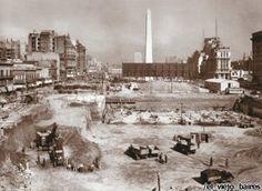 Esta foto retrata la excavacion de las actuales cocheras subterraneas bajo la avenida 9 de julio mientras esta se extendia en la decada del 30