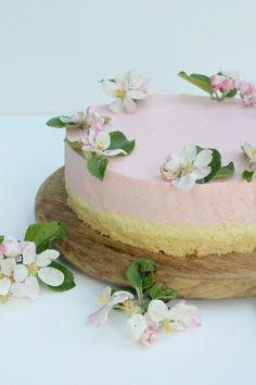 Erdbeermousse Torte mit Vanillecreme mit Apfelblüten