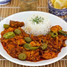 Le yassa au poulet, un des plats les plus populaires du Sénégal, se compose de poulet mariné avec oignon, citron, moutarde puis grillé avant d'être mijoté.