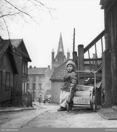 A boy in Oslo (Enerhaugen) 1955 Oslo, Building Front, School Photos, Old And New, Norway, Old School, Street View, Black And White, History