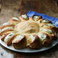 Sesame Pull-Apart Ring With Tomatoes and Feta - - Here comes the sun! This beautiful sesame pull-apart ring will brighten your whole day! I Love Food, Good Food, Yummy Food, Appetizer Recipes, Snack Recipes, Cooking Recipes, Appetizers, Food Vids, Snacks Für Party