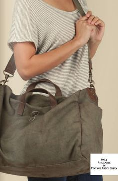 unisex canvas weekend bag with double-washed leather handles and detachable shoulder strap. features two patch pockets on outer sides, one internal pocket and antique brass zipper for main compartment closure.