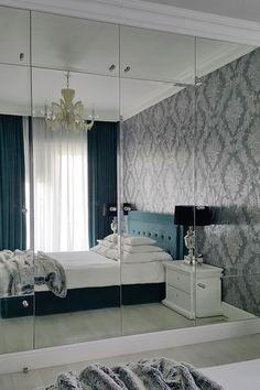 Lustrzana szafa w sypialni
