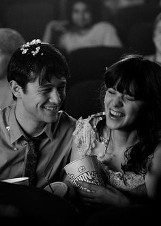 Zooey Deschanel and Joseph Gordon-Levitt in 500 Days of Summer (Marc Webb, 500 Dias Con Summer, Love Movie, Movie Tv, Cinema Movies, Manic Pixie Dream Girl, Bon Film, Movies And Series, Joseph Gordon Levitt, Drame