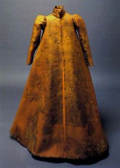 Dress of Eleanora, daughter of Maxmilian II, buried in Colina's mausoleum (1580), originally made of white damask, In: Hroby a hrobky našich knížat, králů a prezidentů, Lutovský, Bravermanová, 2007