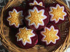 Melinda35 / vianočné patchworkové gule bordové so zlatobielou hviezdou uprostred - SADA 6 kusov