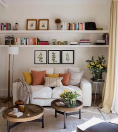 Gorgeous 47 Neat and Cozy Living Room Ideas for Small Apartment kleine wohnung wohnzimmer Gorgeous 47 Neat and Cozy Living Room Ideas for Small Apartment Living Pequeños, Small Living Rooms, Home And Living, Living Room Designs, Modern Living, Living Room No Tv, Living Room Wall Shelves, Modern Room, Bedroom With Sofa